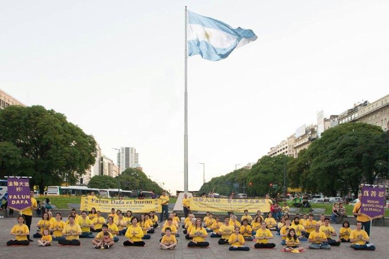 Practicantes de Falun Dafa de Argentina frente al emblemático Obelisco en la ciudad de Buenos Aires. Foto: Falun Dafa en Argentina.