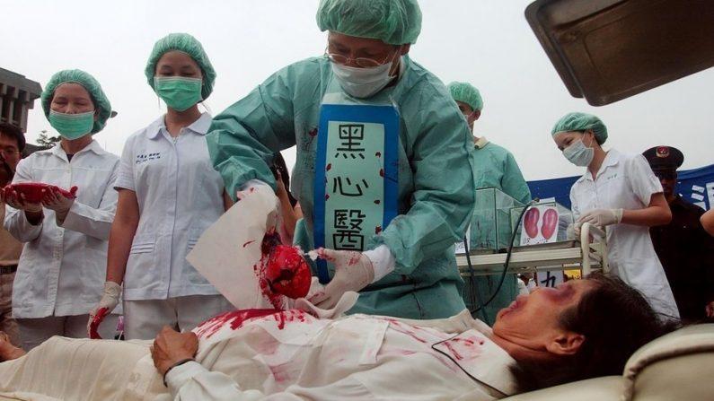 Dramatización de la sustracción de órganos de practicantes de Falun Dafa en campos de concentración llevada a cabo por el comunismo chino, el 23 de abril de 2006 en Taipéi, Taiwán.  (PATRICK LIN/AFP/Getty Images)