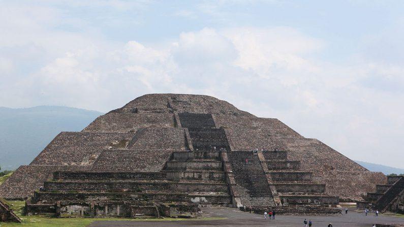 La Pirámide de la Luna, una de las edificaciones más importantes de la zona arquelógica de Teotihuacán en México, parece albergar debajo de sí un tunel que podría haber tenido un uso ritual (Wikimedia Commons).