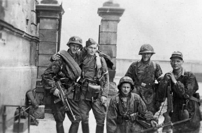 Miembros del Armia Krojowa (Ejército Nacional) posan el 11 de agosto de 1944, durante el Levantamiento de Varsovia. (Juliusz Bogdan Deczkowski/Dominio Público)
