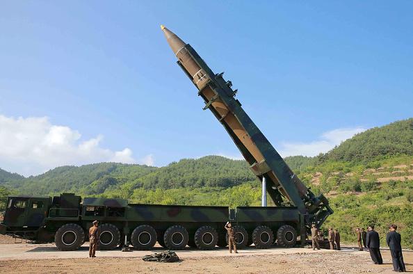 Lanzamiento de misil supervisado por Kim Jong-un . Foto: STR/AFP/Getty Images.