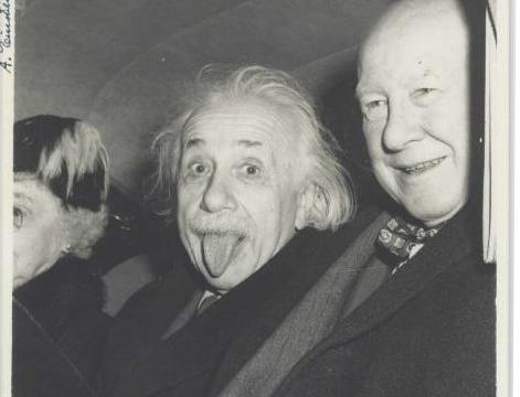 La historia detrás de la foto más famosa de Albert Einstein que será rematada