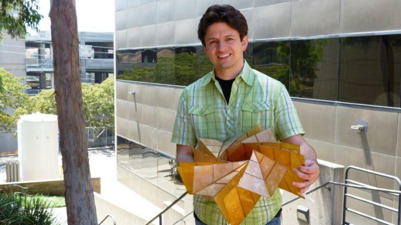 Brian Trease, investigador del Laboratorio de Propulsión a Chorro de la NASA en Pasadena, tiene un prototipo de una matriz de paneles solares que se pliega en el estilo del origami. Créditos: NASA / JPL-Caltech.