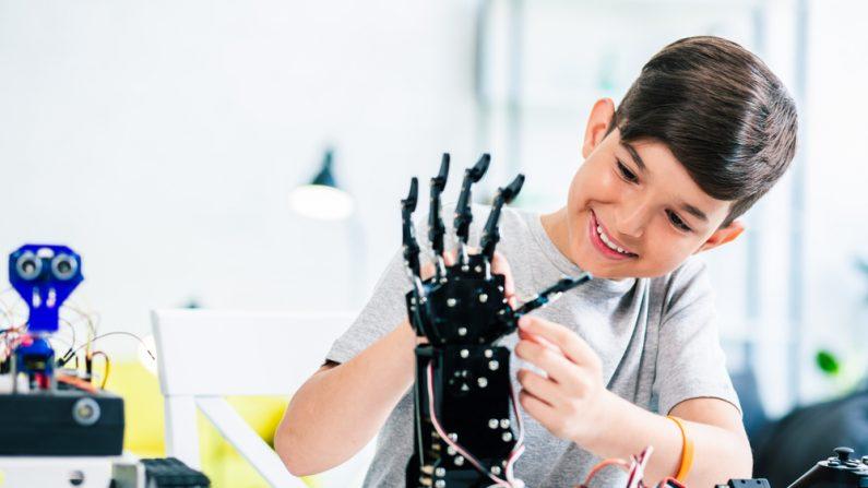 Nació sin una mano pero su papá le fabricó una genial prótesis de superhéroe que lo hizo feliz