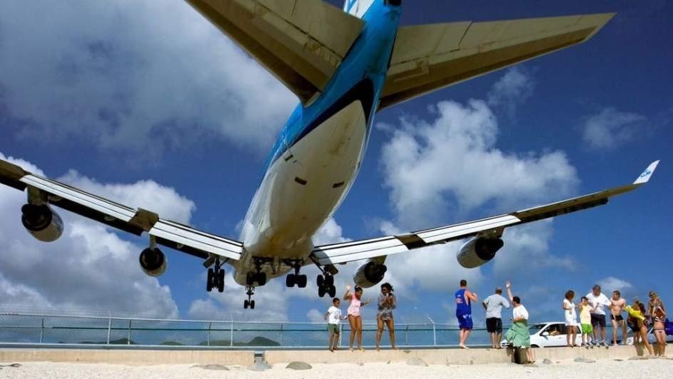 Trágico final para una turista al ser arrastrada por una turbina de un avión en la playa