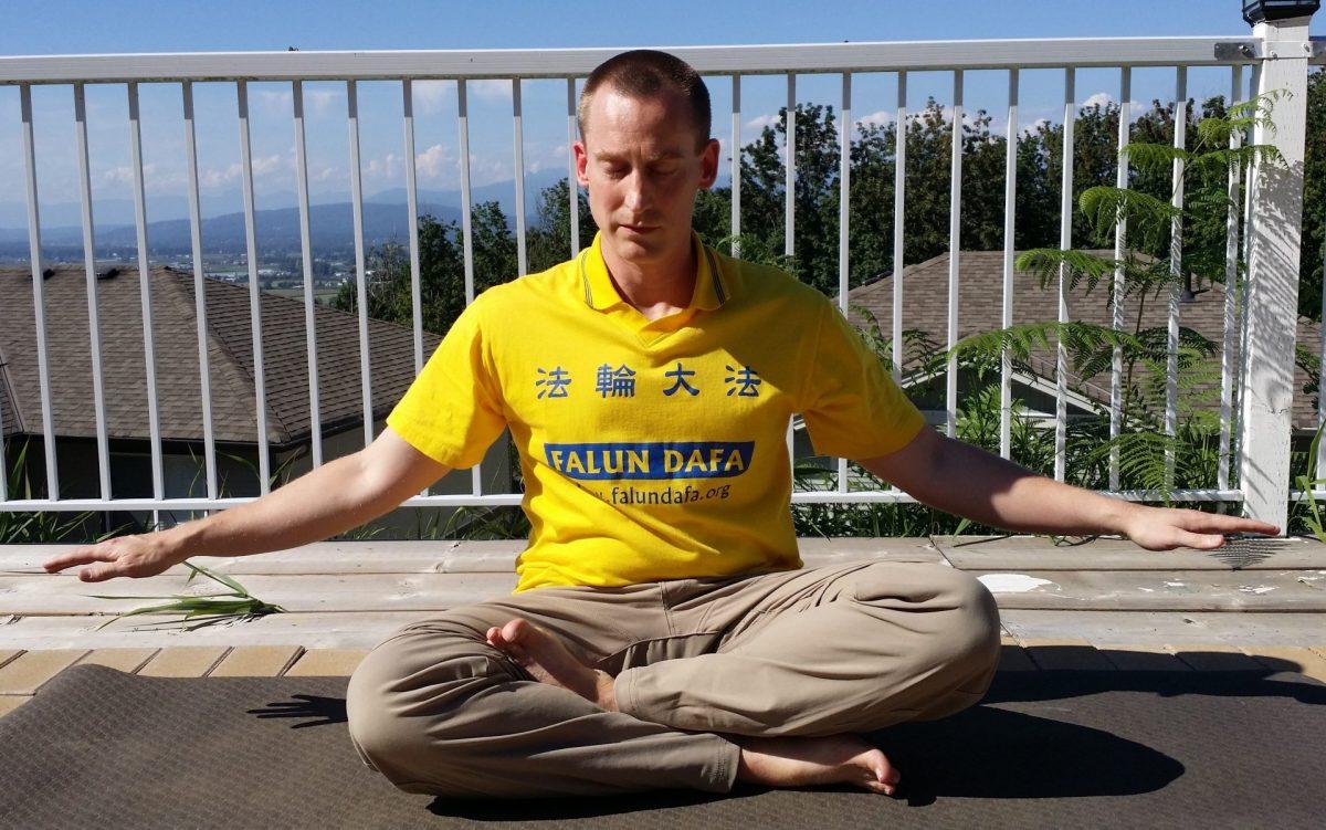 Mark haciendo la meditación de Falun Dafa. (Minghui.org)
