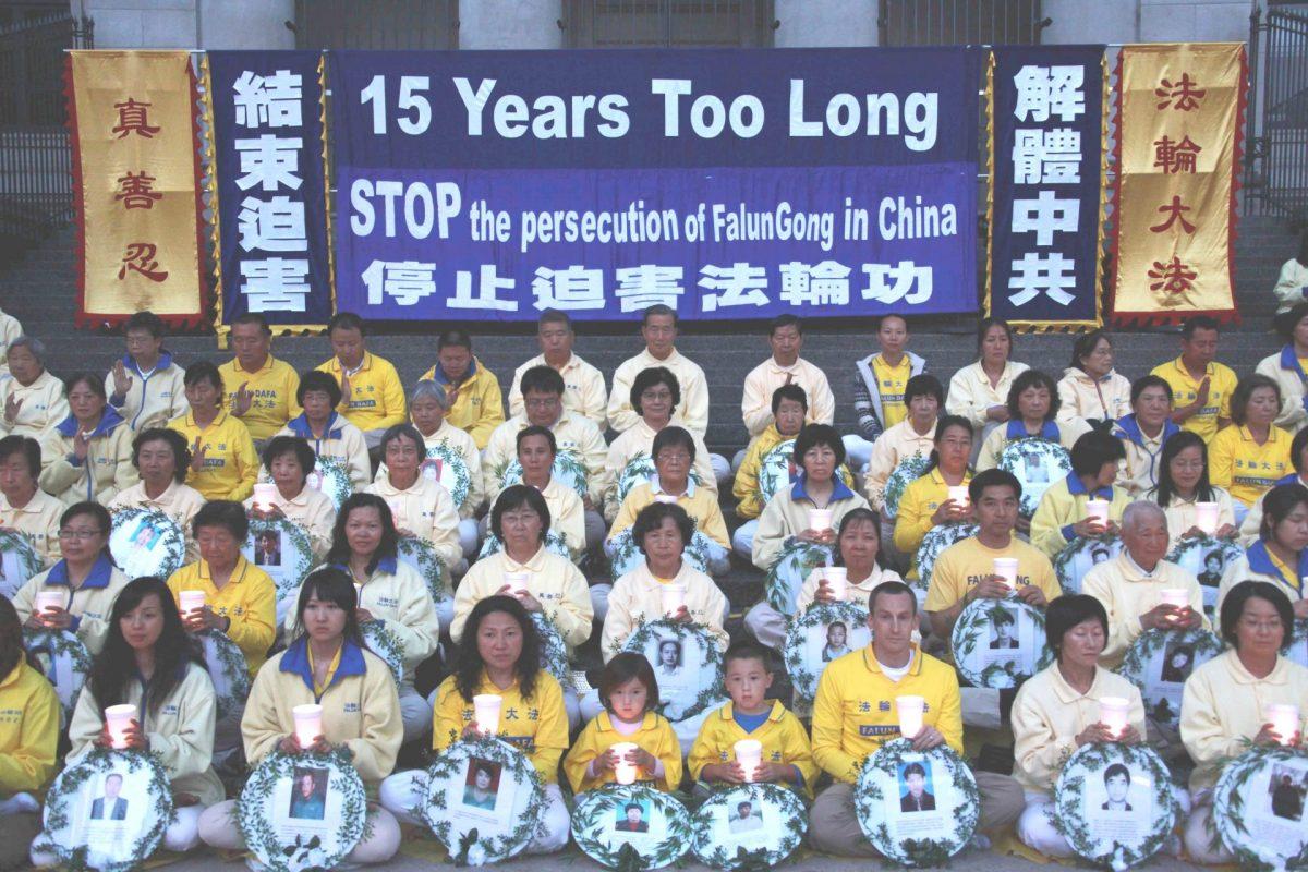 Mark (1° fila, 3° desde la derecha) y su familia asisten a la vigilia de velas celebrada por los practicantes de Falun Dafa en Vancouver el 20 de julio de 2014. Falun Dafa es perseguida por el régimen comunista chino desde 1999. (Minghui.org)