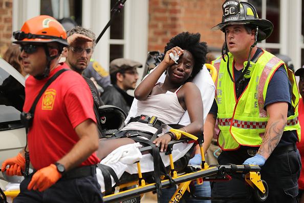 El terrible momento en que un auto embiste una manifestación en EEUU: un muerto y 19 heridos