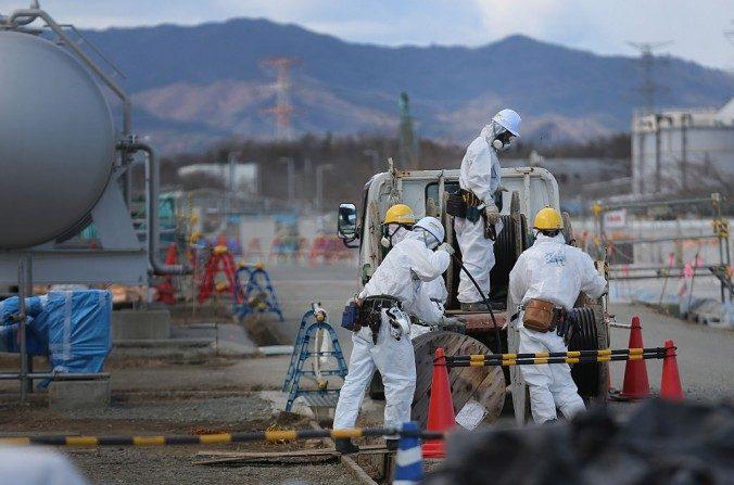 Trabajadores durante el proceso de descontaminación y reconstrucción en la central nuclear de Fukushima Daiichi en Japón, el 25 de febrero de 2016. (Christopher Furlong/Getty Images)