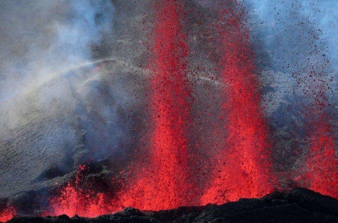 La lava entra en erupción desde el Pitón de la Fournaise, el volcán de la isla Reunión, en el Océano Índico francés que estalló el 14 de julio de 2017. (Richard Bouhet/AFP/ Getty Images)