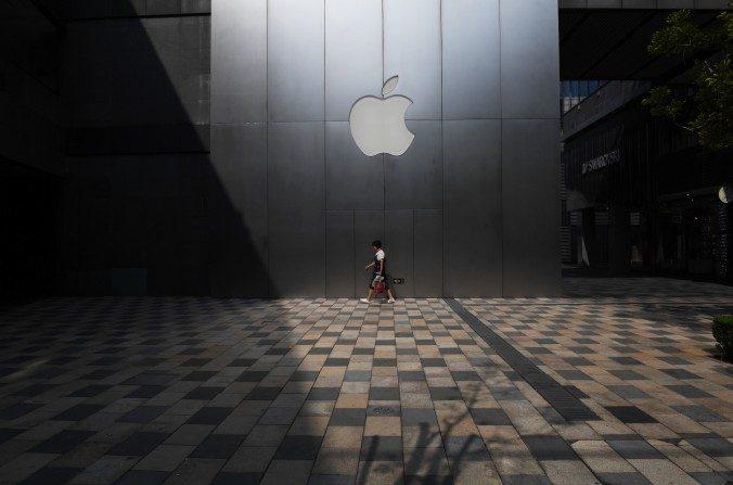 Apple Store de Beijing el 3 de agosto de 2017. La compañía Apple confirmó que ha quitado el software que le permitía a los usuarios de internet saltear el Gran Cortafuegos Chino de su tienda online App Store. La medida levantó críticas por estar sometiéndose a la censura china de la red. (Greg Baker/AFP/Getty Images)
