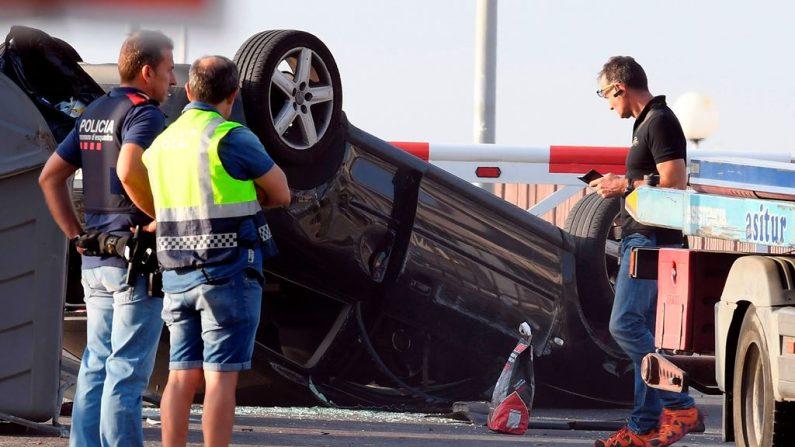 Policías controlan el coche involucrado en el atentado terrorista en Cambrils, 120 kilómetros al sur de Barcelona, España, el 18 de agosto de 2017.  (LLUIS GENE / AFP / Getty Images)