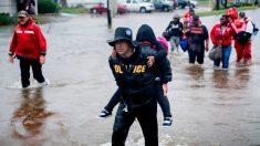 """Huracán Harvey: Colapsa dique al sur de Houston y advierten a la población: """"¡Váyanse ahora!"""""""
