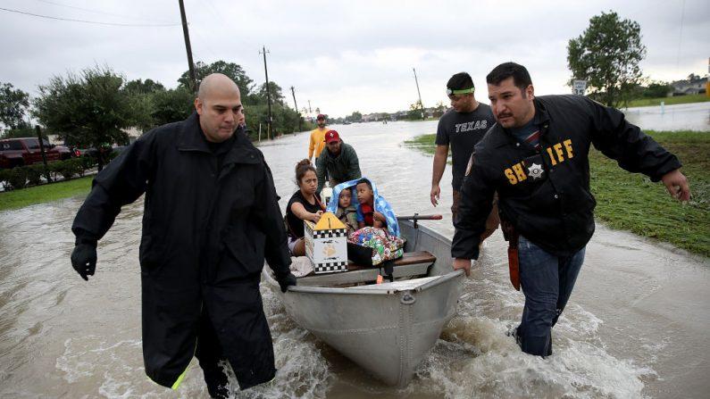 Una familia es evacuada de su hogar después de una grave inundación tras el paso del huracán Harvey el 29 de agosto de 2017 en Houston, Texas. (Win McNamee / Getty Images)