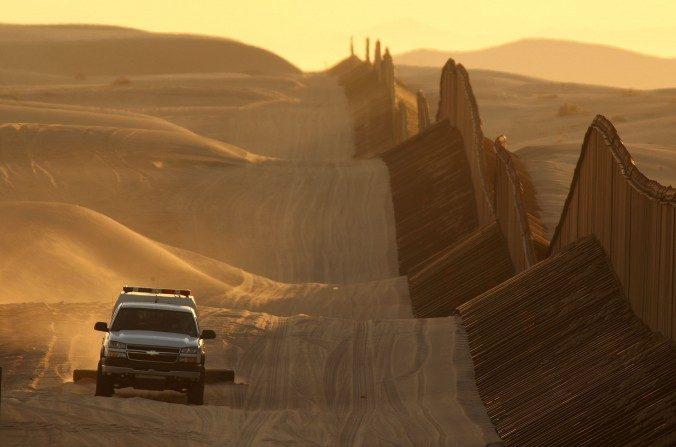 Un vehículo de la Patrulla Fronteriza arrastra la arena para hacer más visibles nuevas huellas de los cruces fronterizos a lo largo de la ampliación de la cerca fronteriza México-Estados Unidos entre Yuma, Arizona y Calexico, California, 14 de marzo de 2009. (David McNew/Getty Images)