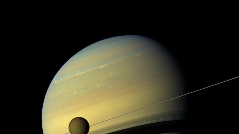La luna Titán y Saturno, el planeta de los anillos en una foto de NASA/JPL-Caltech/SSI