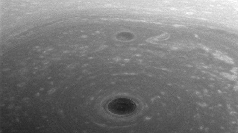 El día en que Cassini inició su Grand Finale, la sonda espacial pudo captar esta inédita imagen del Polo Norte de Saturno que se sumergirá próximamente por algunos años en la oscuridad. (NASA)