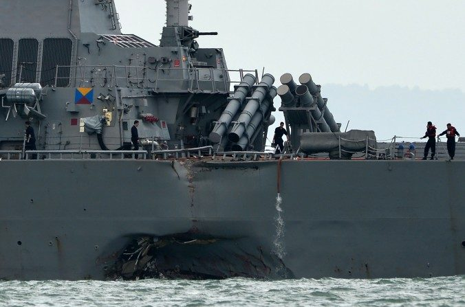 El destructor con misiles guiados USS John S. McCain con un agujero a babor luego de colisionar con un buque petrolero cerca de la base naval Changi en Singapur el 21 de agosto de 2017. Un almirante de la marina del ELP celebró la colisión, que ocasionó pérdidas humanas de estadounidenses. (ROSLAN RAHMAN/AFP/Getty Images)