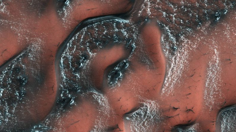 Dunas nevadas en Marte. La foto fue tomada durante la primavera en el hemisferio norte de Marte, el 21 de mayo de 2017, por la sonda MRO de la NASA utilizando su cámara de alta resolución HiRISE.(Foto: NASA/JPL/University of Arizona)