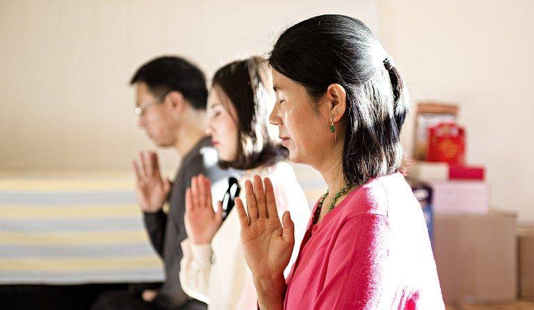 (I–D) Wang Huijuan, Li Fuyao y Li Zhengjun en su casa en Queens, New York, el 8 de Enero del 2017. La familia escapó de China en el 2014 y les concedieron asilo luego de sufrir años de separación y tortura por practicar Falun Gong. (Samira Bouaou/La Gran Época)