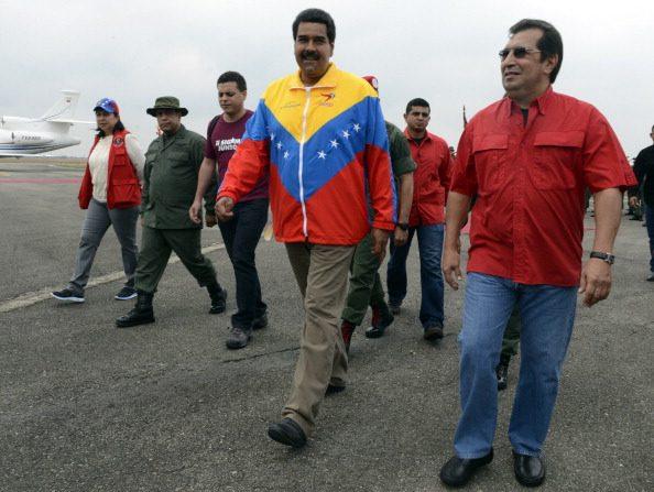 Nicolás Maduro, junto a Adan Chavez, hermano del fallecido presidente Chavez. Foto: JUAN BARRETO/AFP/Getty Images.