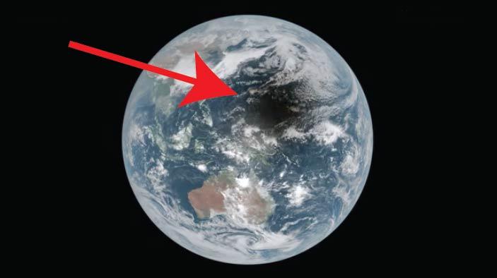 ¿Qué es esa mancha oscura que recorre la Tierra en este video de la Nasa?