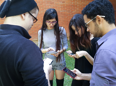 Jóvenes mirando las redes sociales en Venezuela (Getty Images)