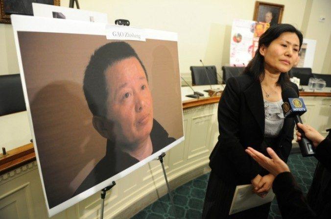 Geng He, esposa del abogado chino de derechos humanos desaparecido Gao Zhisheng, participa en una conferencia de prensa llevada a cabo por el Diputado de EE. UU. Chris Smith (derecha) para discutir derechos humanos en china la noche de la llegada del ex presidente chino Hu a la Casa Blanca un 18 de enero de 2011, en Capitol Hill, Washington D.C. (AFP/Getty Images)
