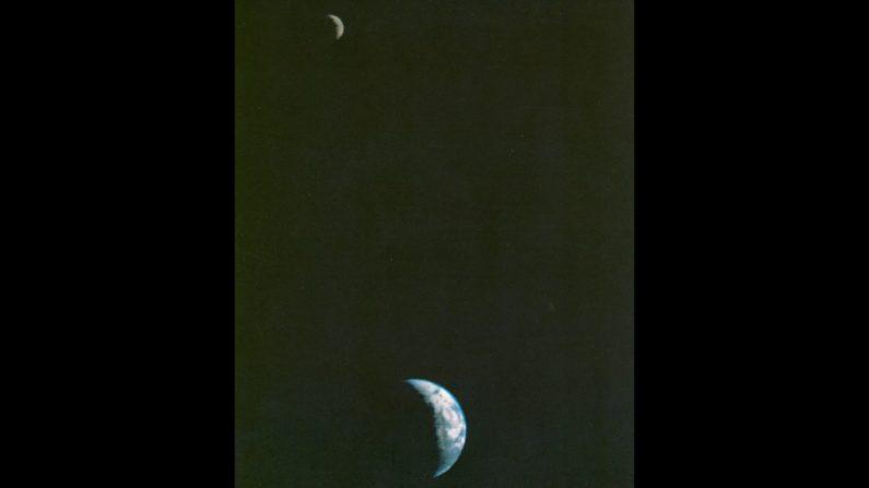 Esta fue la primera imagen de la Tierra y la Luna juntas en una fotografía, tomada por la nave espacial Voyager hace 40 años. (NASA)
