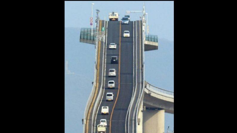 El curioso puente Eshima Ohashi en Japón parece no ser apto para principiantes o para quienes le temen a las alturas. ¿Quieres conocerlo? (Asahi Shimbun/GettyImages)