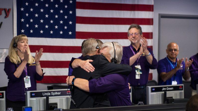 El equipo de científicos a cargo de la misión Cassini vivieron con gran emoción el final de esta inigualable aventura de 13 años que ha cambiado la visión del mundo sobre la exploración espacial. (NASA)