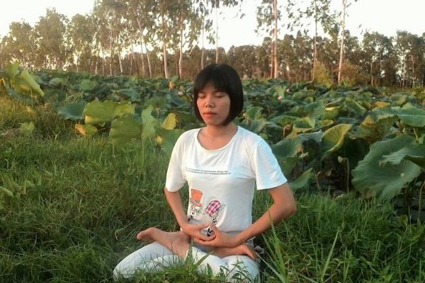 Nguyet hace meditación d Falun Dafa
