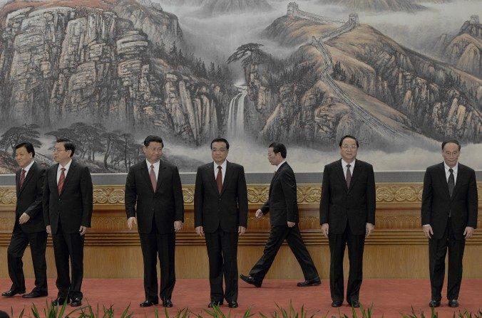 El Partido Comunista Chino presenta su nuevo Comité Permanente del Politburó luego del último Congreso Nacional en 2012 en el Gran Salón del Pueblo en Beijing el 15 de noviembre de 2012. Cinco de los miembros del órgano máximo del partido ahora están para retirarse: (de izquierda a derecha) Liu Yunshan (para retirarse), Zhang Dejiang (para retirarse), Xi Jinping, Li Keqiang, Zhang Gaoli (para retirarse), Yu Zhensheng (para retirarse) y Wang Qishan (para retirarse). (MARK RALSTON/AFP/Getty Images)