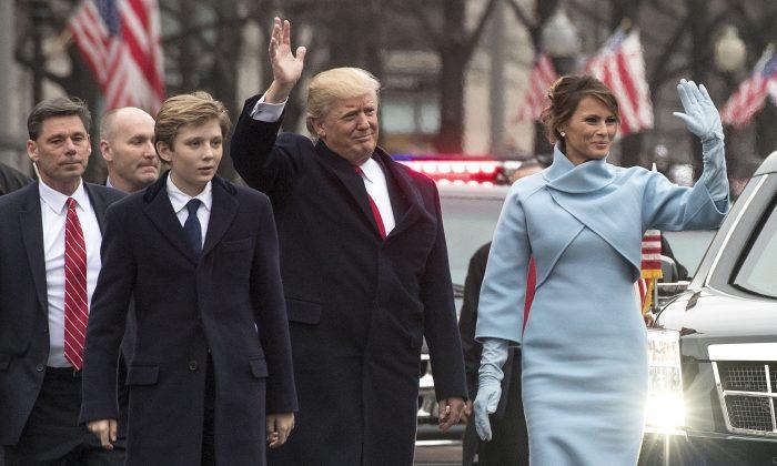 El presidente Donald Trump y la primera dama Melania Trump, junto con su hijo Barron, desfilan en el desfile inaugural en Washington el 20 de enero de 2017. (Kevin Dietsch - Pool/Getty Images)