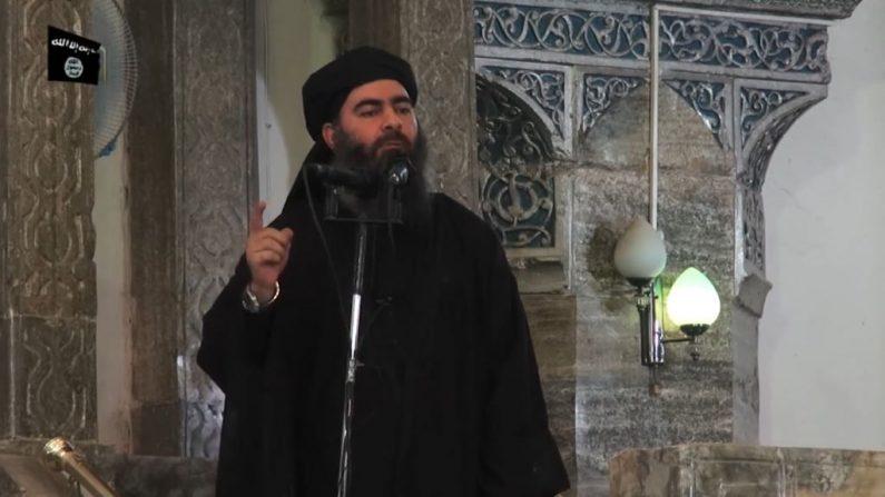 Esta foto del 5 de julio de 2014 muestra una imagen tomada de un video de propaganda publicado por al-Furqan Media que supuestamente muestra al líder de ISIS, Abu Bakr al-Baghdadi, dirigiéndose a los fieles musulmanes en un mezquita en la ciudad iraquí del norte de Mosul. (AFP/Getty Images)