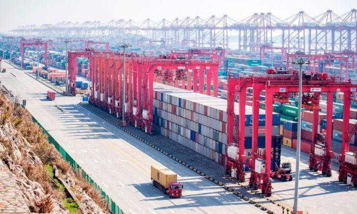 Containers apilados en el Puerto Deep Water de Yangshan, parte de la Zona  piloto de libre comercio  de Shanghai el 13 de febrero de 2017. (JOHANNES EISELE/AFP/Getty Images)