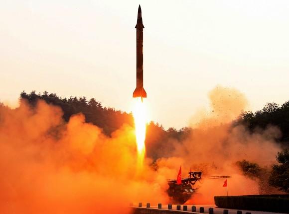 La prueba de un misil balístico en una ubicación confidencial en Corea del Norte en una foto sin fecha publicada por la Agencia Central de Noticias oficial de Corea del Norte, el 30 de mayo de 2017. (STR/AFP/Getty Images)