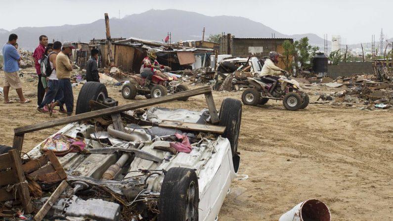 Autos y escombros destruidos luego de las fuertes lluvias por el paso de la tormenta tropical Lidia en Los Cabos, Baja California, México el 1 de septiembre de 2017. (FERNANDO CASTILLO / AFP / Getty Images)