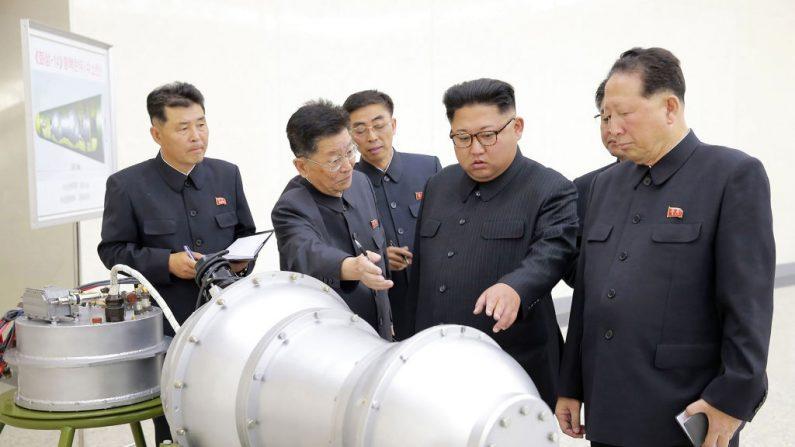 Kim Jong-un (C) examina una carcasa de metal con dos protuberancias en un lugar no revelado el 3 de septiembre de 2017. (STR / AFP / Getty Images)
