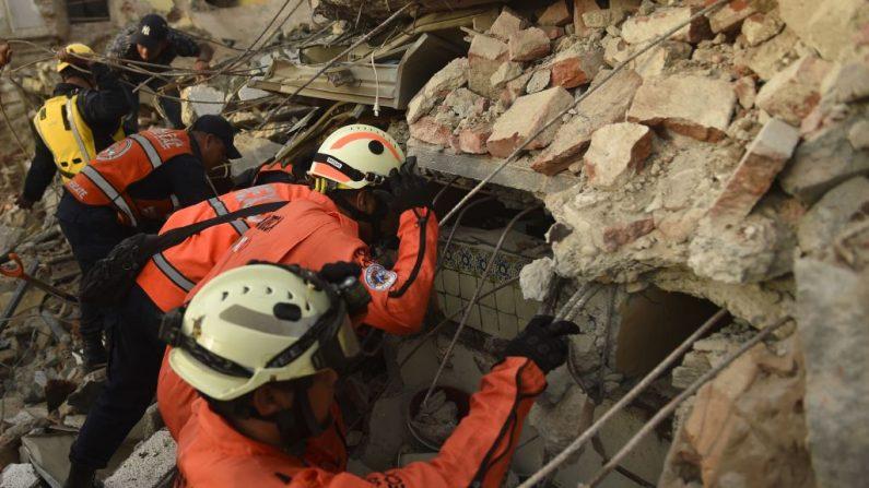 A una semana del desastre, se dio a concoer que el sismo de México tiene un origen muy inusual. (Photo credit should read PEDRO PARDO/AFP/Getty Images)