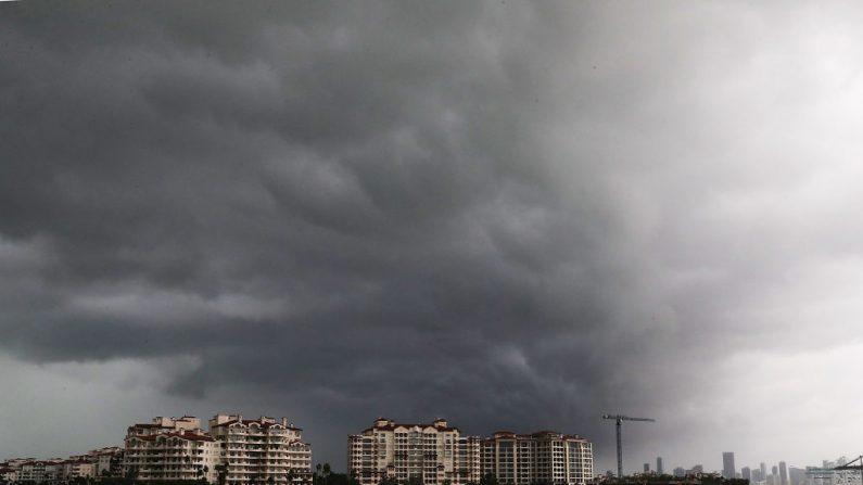 Nubes del huracán Irma acechan sobre la isla de Fisher el 9 de septiembre de 2017 en Miami Beach, Florida. (Foto de Joe Raedle / Getty Images)