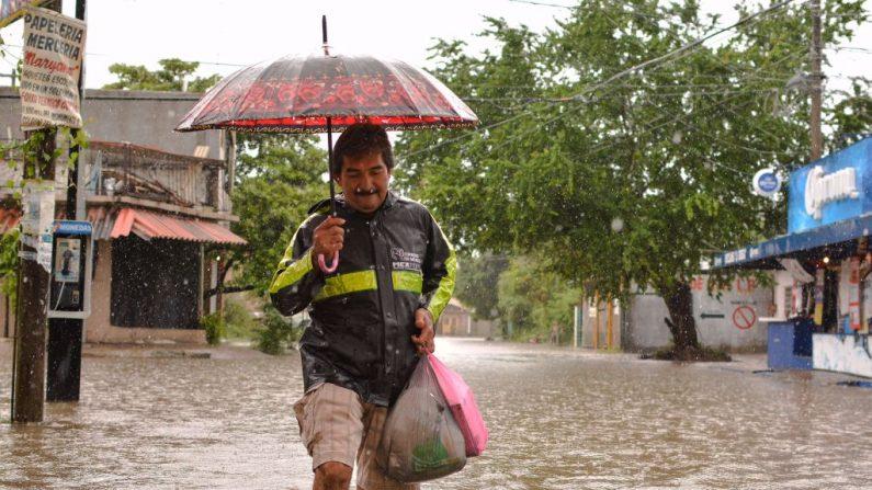 Una persona camina por una calle inundada por las intensas lluvias del huracán Max en Acapulco, estado de Guerrero, México, el 14 de septiembre de 2017. (FRANCISCO ROBLES / AFP / Getty Images)