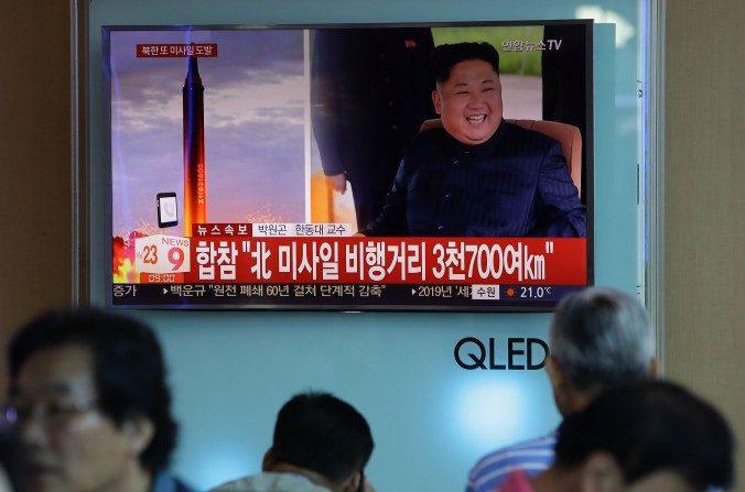 La gente ve una emisión televisiva que reporta un lanzamiento de misiles norcoreanos en la Estación de Ferrocarril de Seúl, Corea del Sur, el 15 de septiembre de 2017. (Chung Sung-Jun/Getty Images)