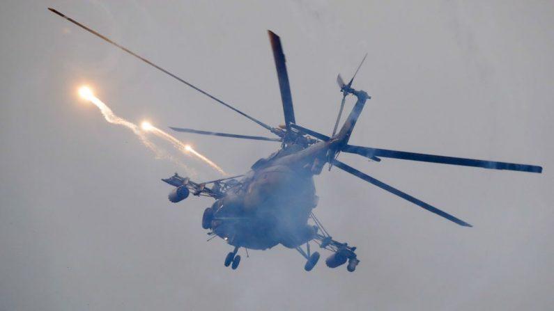 Un helicóptero militar de Bielorrusia vuela durante los ejercicios militares Zapad, cerca de la ciudad de Ruzhany, a unos 235 km al suroeste de Minsk, el 17 de septiembre de 2017. (SERGEI GRITS / AFP / Getty Images)