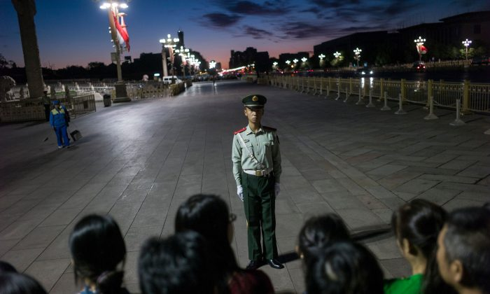 Un guardia paramilitar parado frente a una multitud en la Plaza de Tiananmén en Beijing el 20 de septiembre de 2017. (Fred Dufour/AFP/Getty Images)