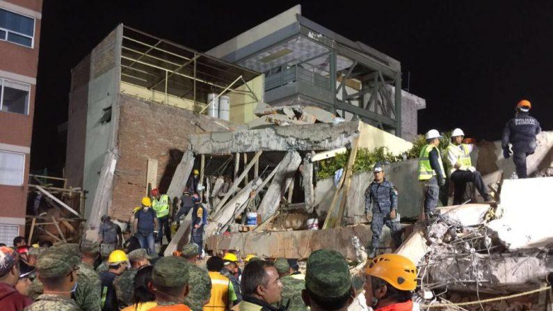 Equipos de rescate trabajan en la escuela Rébsamen en la Ciudad de México en la madrugada del 20 de septiembre de 2017.  (JOSE GARCIA / AFP / Getty Images)