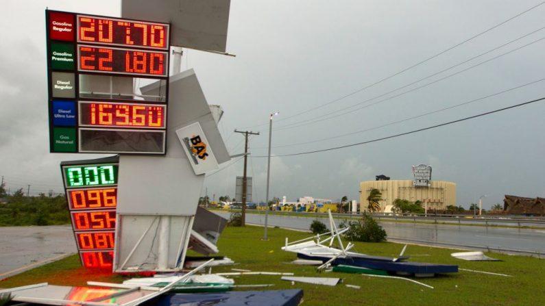 Carteles de una estación derribada por fuertes vientos del huracán María en Punta Cana, en el extremo más oriental de la República Dominicana, el 21 de septiembre de 2017. (ERIKA SANTELICES / AFP / Getty Images)