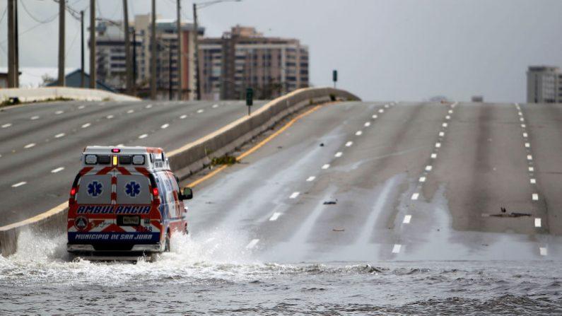 Una ambulancia conduce en una calle inundada después del huracán María en San Juan, Puerto Rico, el 22 de septiembre de 2017.(RICARDO ARDUENGO / AFP / Getty Images)