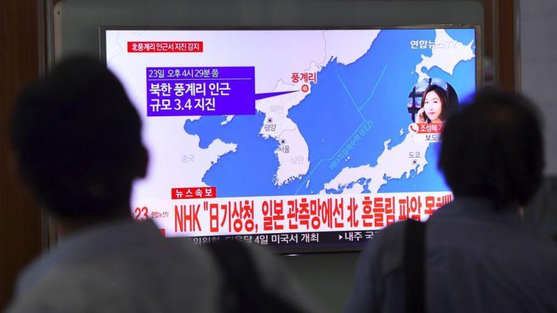Personas miran una pantalla de televisión que muestra un mapa del epicentro del terremoto, de magnitud 3,4, en Corea del Norte, en una estación de tren en Seúl, el 23 de septiembre de 2017. (JUNG YEON-JE / AFP / Getty Images)