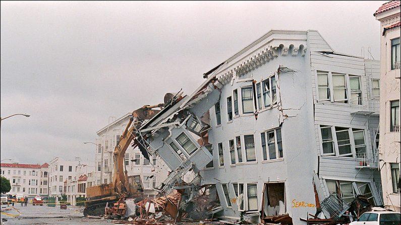 El frente de un edificio de apartamentos en el distrito de Marina, en San Francisco, es arrancado el 21 de octubre de 1989 después de un terremoto que ocurrió el 17 de octubre, matando a unas 273 personas y cuasando daños por mil millones de dólares . (JONATHAN NOUROK / AFP / Getty Images)